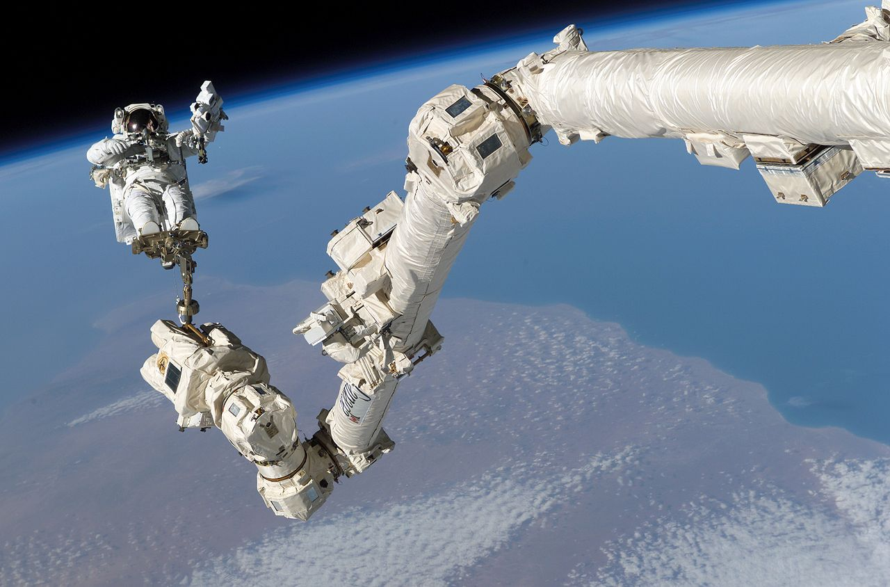 1280px-STS-114_Steve_Robinson_on_Canadarm2