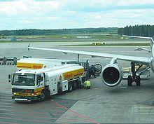Beladen und Betanken eines Flugzeugs auf dem Flughafen in Helsinki