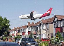 Eine Boeing 747-400 der Qantas Airways beim Landeanflug auf den Flughafen London-Heathrow