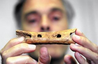 Knochenflöte aus Slowenien - wahrscheinlich ältestes Instrument der Welt - ca. 43 000 Jahre alt